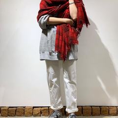 Wrapped in merino cashmere...🧣 Light and smooth to the touch, merino cashmere item will be your best friend during winter!Indian merino cashmere big tartan stole Staff 160cm------#45R #45r_tokyo #stole #scarf #scarfstyle #ootd #winterfashion #whitedenim #8097031 #8096038 #5109094@45r_official